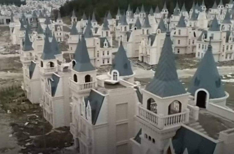 Η περίεργη πόλη φάντασμα, στην οποία όλα τα σπίτια είναι κάστρα!