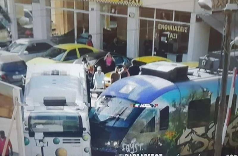 Σύγκρουση Προαστιακού με λεωφορείο γεμάτο επιβάτες!