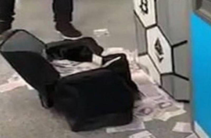 ATM του μετρό… τρελάθηκε και άρχισε να πετάει λεφτά! (video)