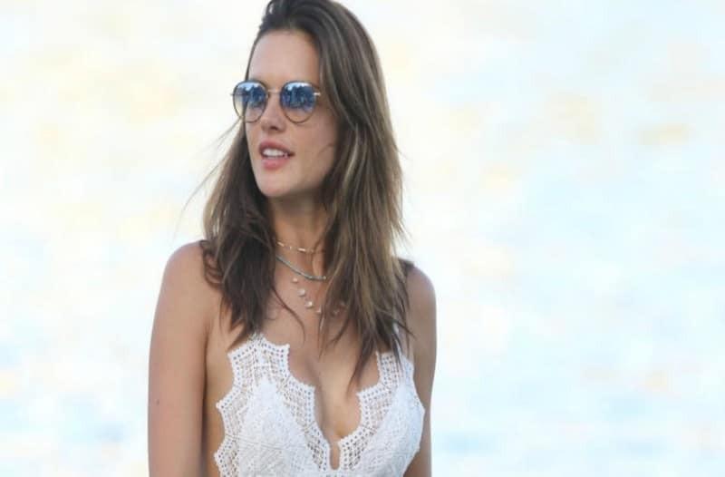 Αλεσάντρα Αμπρόζιο: Πολυτελείς διακοπές στη Σαντορίνη!