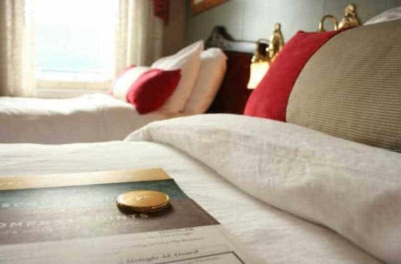 Αυτός είναι ο λόγος που τα ξενοδοχεία βάζουν ένα σοκολατάκι στο μαξιλάρι!