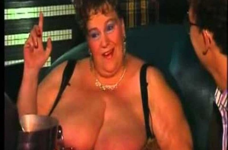 Μεγάλο στήθος και κόκορας μαύρες τριχωτές κυρίες