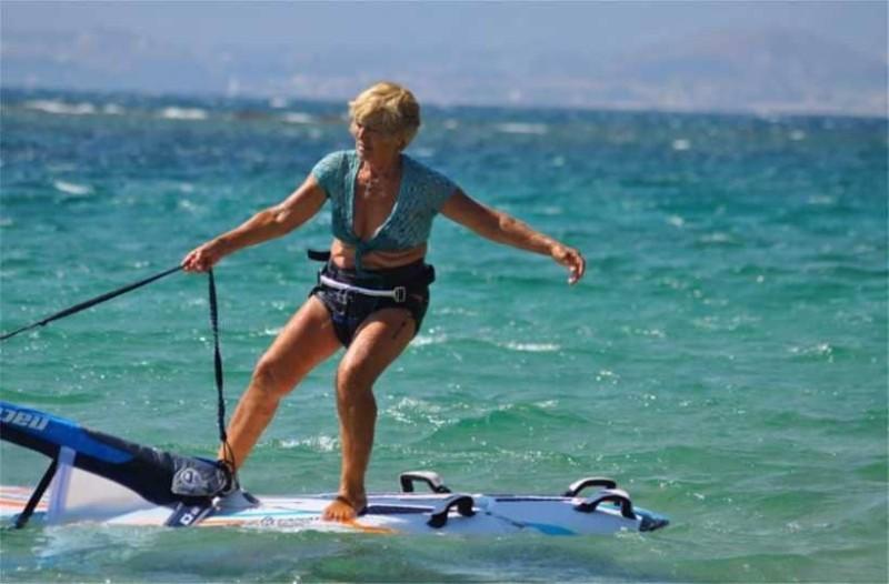 Κεφαλονιά: Αυτή η 80χρονη γυναίκα  κάνει windsurfing και βάζει κάτω 20άρες!