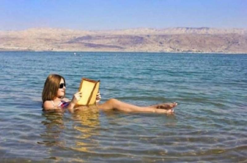 Κοπέλα κολυμπάει στη Νεκρά θάλασσα και δείτε τι της συμβαίνει! (Video)