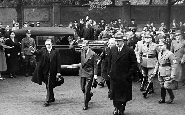 Η άγνωστη ιστορία για την Βασίλισσα Ελισάβετ: Είχε σχέση με τους ναζί; Οι φωτογραφίες που δείχνουν όλη την αλήθεια!