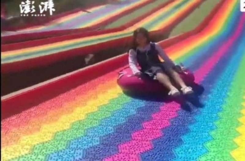 Όταν κάνεις τσουλήθρα σε ουράνιο τόξο! (Video)