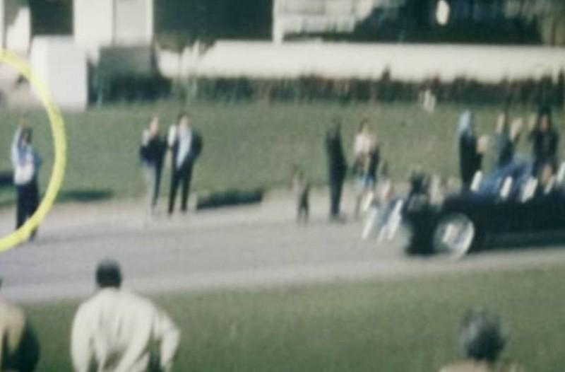Τζον Κένεντι: Γιατί ένας άνδρας άνοιξε ομπρέλα την ώρα της δολοφονίας, αν και είχε ήλιο;