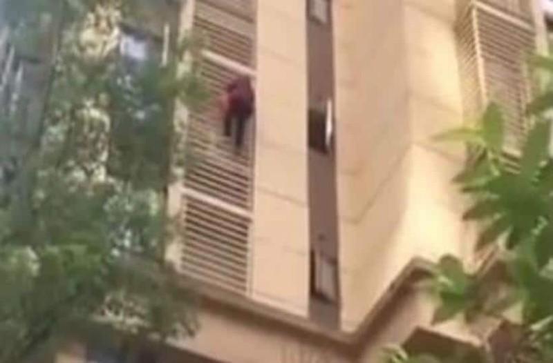 Σοκ: Γιαγιά κατεβαίνει 10 ορόφους σαν τον