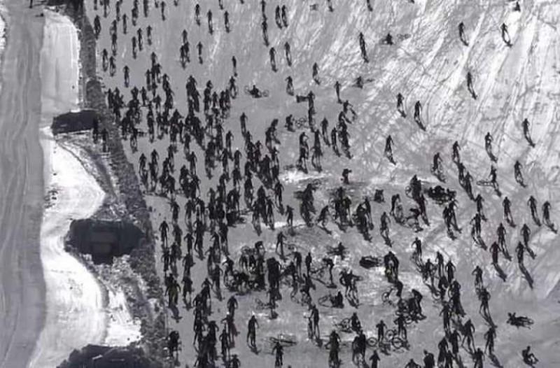 Συγκλονιστικό βίντεο: Χιλιάδες ποδηλάτες κατεβαίνουν την πλαγιά και ξαφνικά... το χάος!