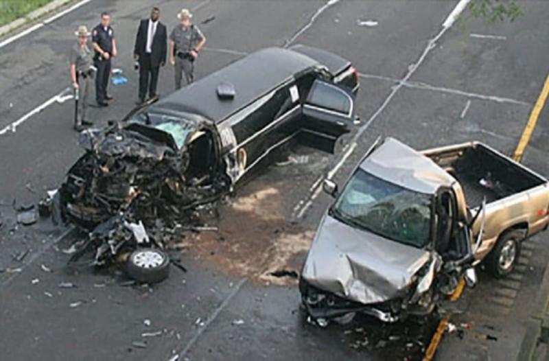 Μεθυσμένος oδηγός πέφτει στο αυτοκίνητο της οικογένειας της νύφης, μετά η αστυνομία βλέπει το τρακάρισμα και κάνει μια φρικτή ανακάλυψη