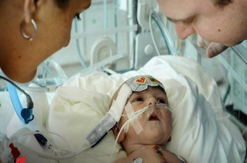 Απίστευτο: Βρέφος γεννήθηκε με μισή καρδιά κι όμως επιβίωσε!