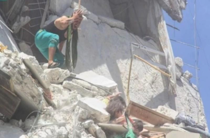 Η συγκλονιστική στιγμή που μια 5χρονη απο τη Συρία πέθαινει για να σώσει την αδερφή της! (Video)