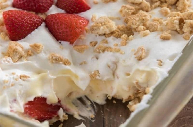 Μπισκοτογλυκό ψυγείου με κρέμα και φράουλες της στιγμής!