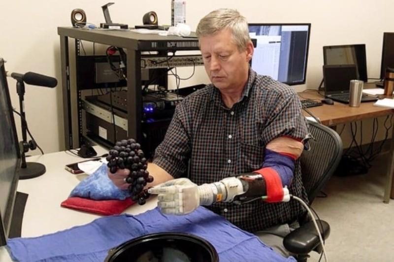 Συγκλονιστικό: Αυτό το ρομποτικό χέρι δίνει την αίσθηση της αφής!