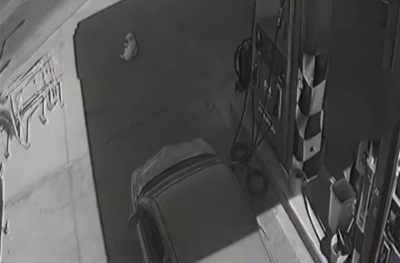 Φρίκη στα Χανιά: Αυτοκίνητο πάτησε και σκότωσε σκύλο σε βενζινάδικο! (Video)