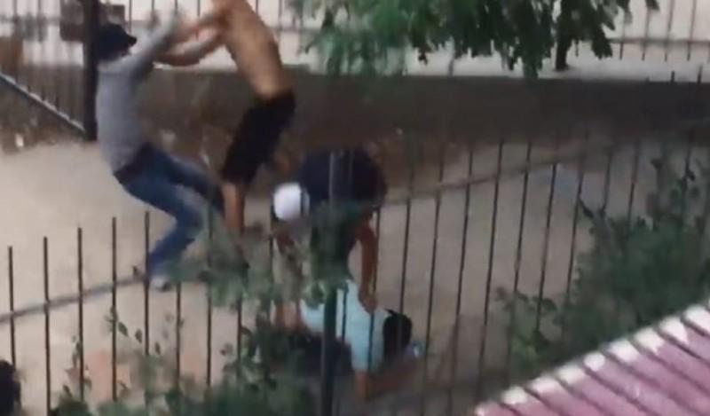 Πήγαν να τον κλέψουν 3 κι αυτός τους ξυλοφόρτωσε! (Video)