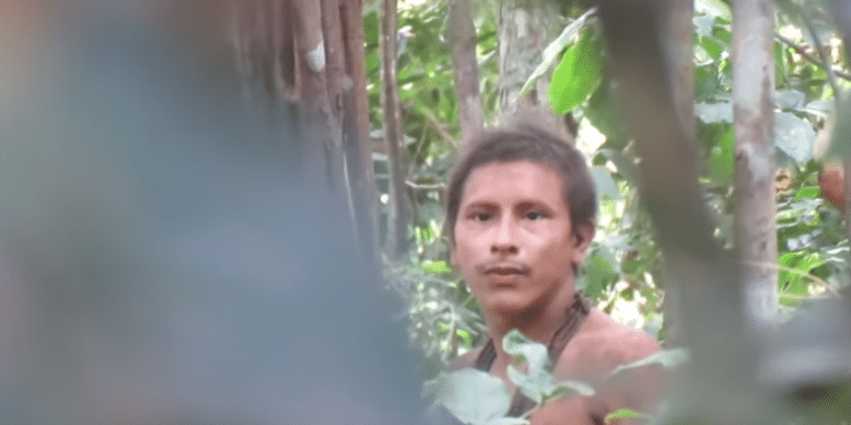 Σπάνιο ντοκουμέντο: Ιθαγενής του Αμαζονίου με ματσέτα και δόρυ (video)