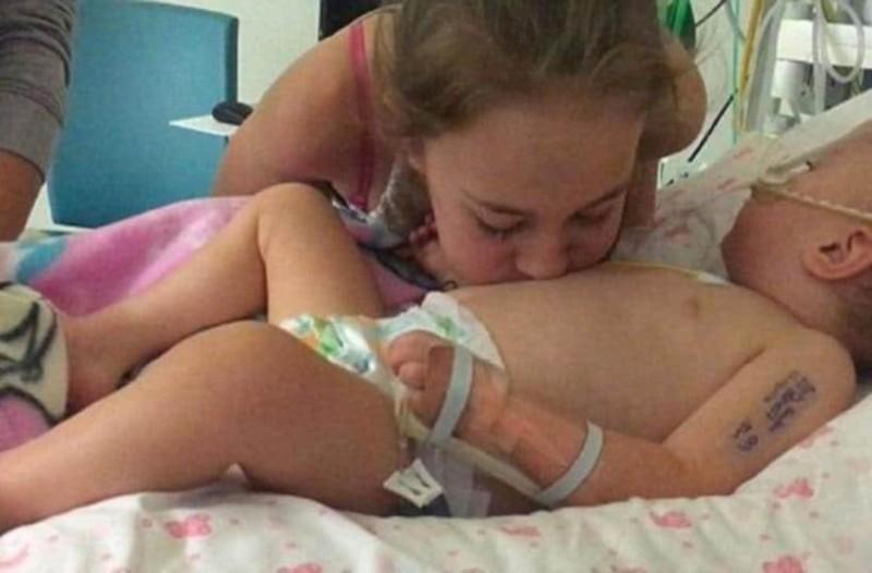 Μικρό κορίτσι φιλάει το ετοιμοθάνατο αδερφάκι του και το φέρνει πίσω στη ζωή!