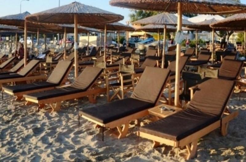 Η απίστευτη πατέντα τουρίστα για να μην πληρώσει ομπρέλα στην παραλία! (photo)