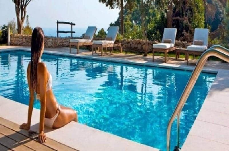 Αν μπαίνετε στην πισίνα με αντιηλιακό τότε πρέπει να το σταματήσετε!