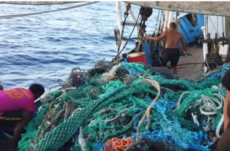Αδιανότητο: Ανέσυραν 40 τόνους πλαστικά από την θάλασσα! (Video)
