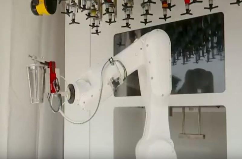 Αυτό είναι το ρομπότ μπάρμαν που φτιάχνει τα πιο γρήγορα ποτά! (Video)