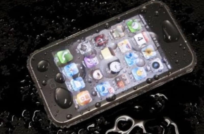 Γέμισε το κινητό σας νερά; Τι πρέπει να κάνετε για το σώσετε!