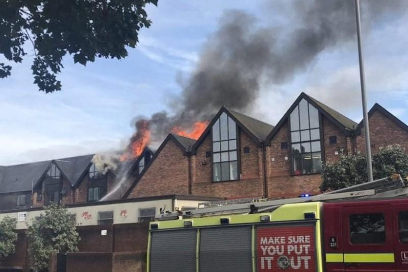 Σε συναγερμό το Λονδίνο: Φωτιά σε εμπορικό κέντρο!