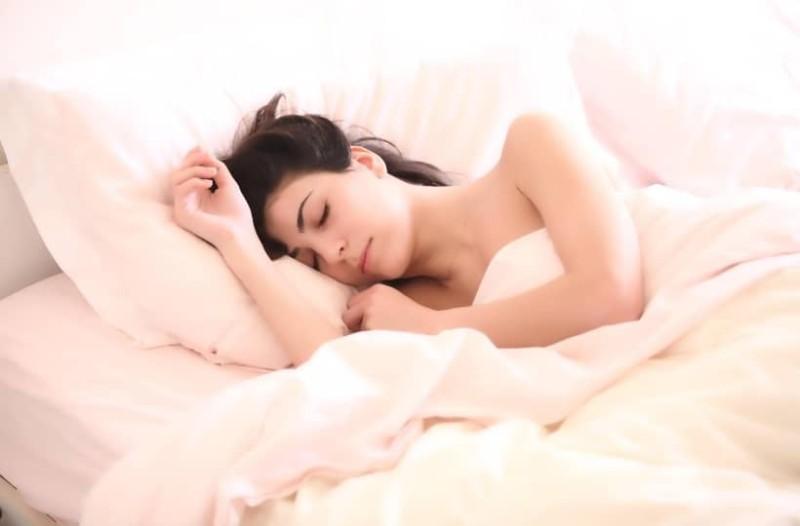 4+1 λάθη που κάνεις όταν κοιμάσαι και κάνουν κακό στα μαλλιά σου!