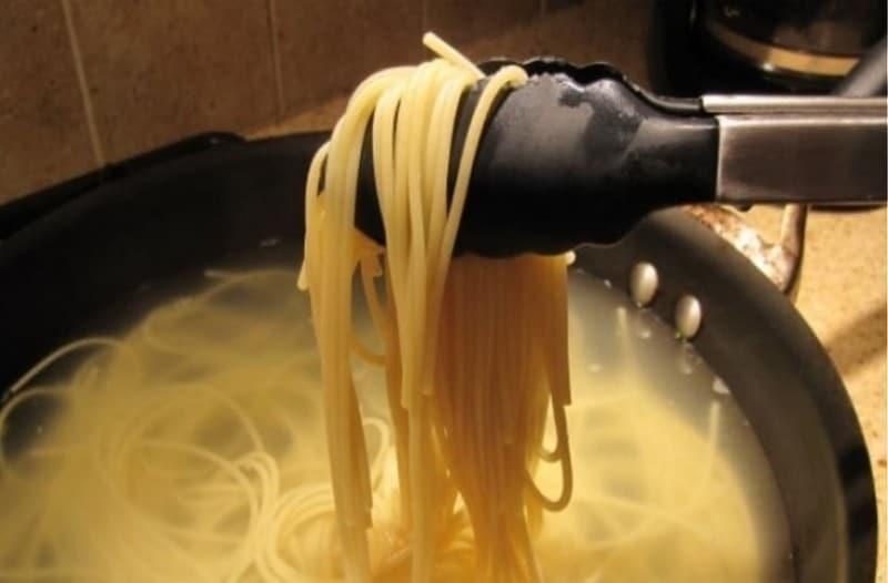 Βάζει τα μακαρόνια στην κατσαρόλα και προσθέτει κρεμμύδι! Το αποτέλεσμα είναι εκπληκτικό! (Video)