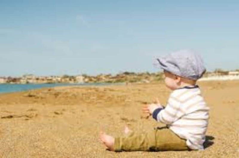 Απίστευτη ιστορία: Πατέρας έβαζε το 8χρονο παιδί του να αγγίζει δήθεν «τυχαία» γυναίκες στη παραλία για να το κάνει άντρα!