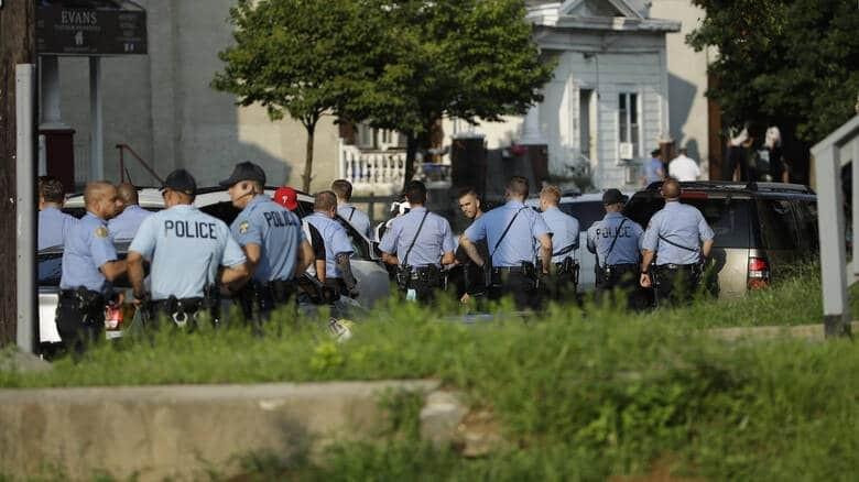 Επεξεργασία: Πανικός στη Φιλαδέλφεια: Άντρας υπό την απειλή όπλου κράτησε ομήρους!