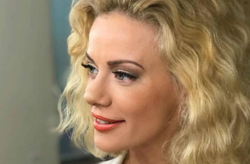 Ζέτα Μακρυπούλια: Με καφέ χείλη και μαλλιά με πέρλες! Άλλος άνθρωπος!