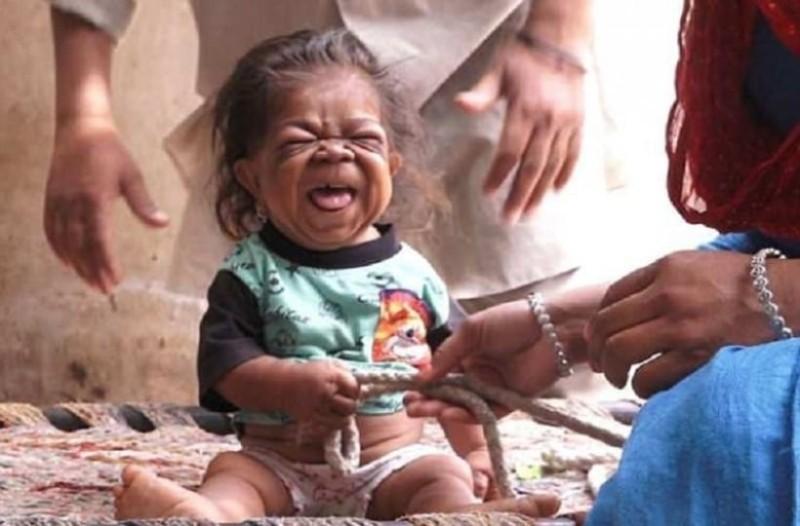 Αδιανόητο: Πόσο χρονών είναι αυτό το μωρό; Μπορείς να μαντέψεις;
