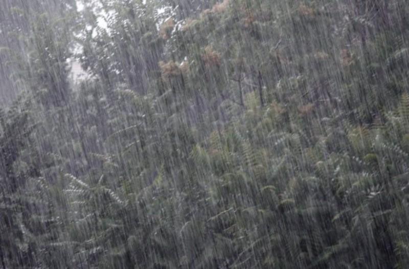Βόλος: Καταρρακτώδης βροχή και κεραυνοί!