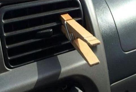 Βάζει ένα μανταλάκι στο κλιματιστικό του αυτοκινήτου! Όταν δείτε το λόγο, θα τρέξετε να το κάνετε!