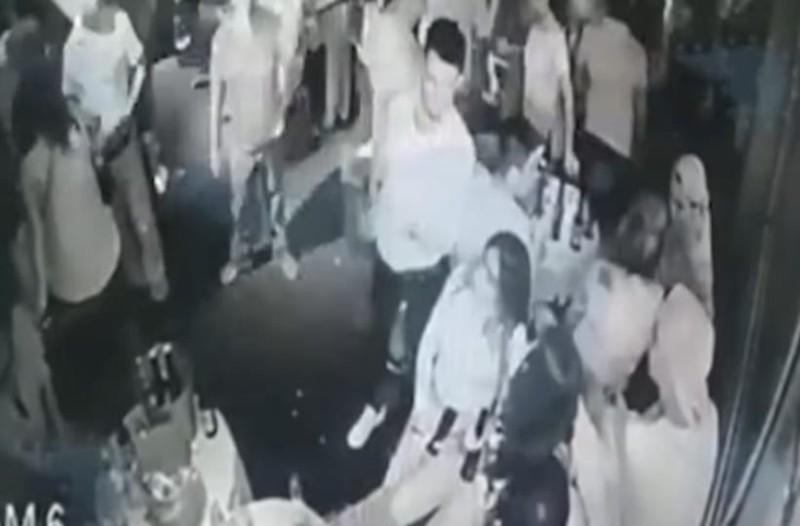 Σοκαριστικές εικόνες: Ένοπλος σκοτώνει εν ψυχρώ πέντε ανθρώπους μέσα σε μπαρ! (Video)