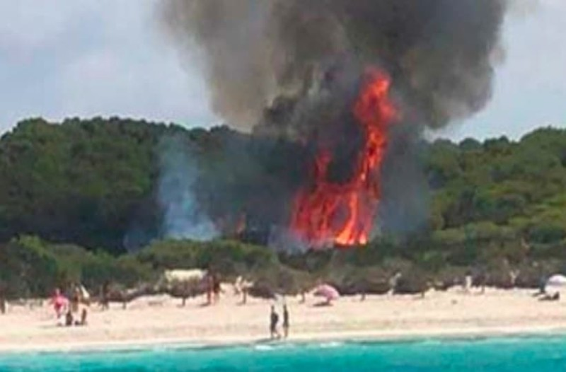 Πανικός από φωτιά σε παραλία στη Μαγιόρκα: Πανικόβλητοι τουρίστες απομακρύνονται άρον-άρον! (photos-video)