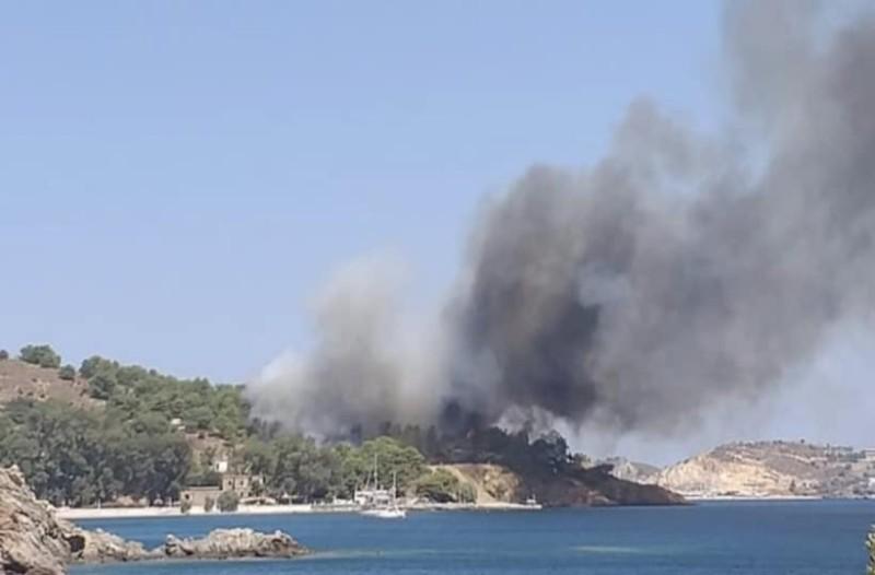 Μεγάλη φωτιά στη Λέρο: Εγκλωβισμένοι σε παραλία!