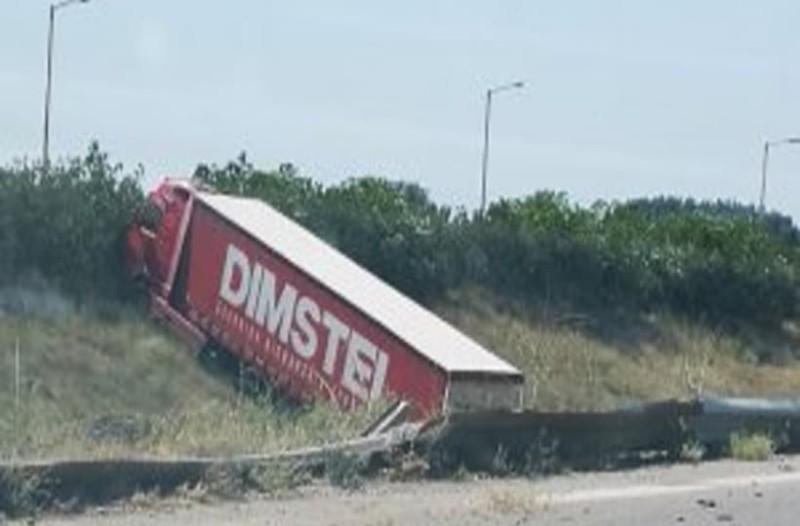 Τροχαίο ατύχημα στα διόδια των Μαλγάρων: Νταλίκα βγήκε εκτός δρόμου! (photos)