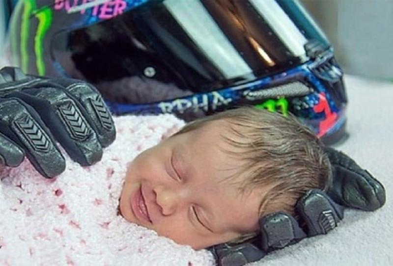 Όταν τα μωρά χαμογελούν στον ύπνο,τους μιλούν οι άγγελοι...