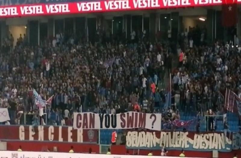 Εμετικό πανό των Τούρκων οπαδών στο ματς της ΑΕΚ: «Ξέρετε κολύμπι;» (photos)