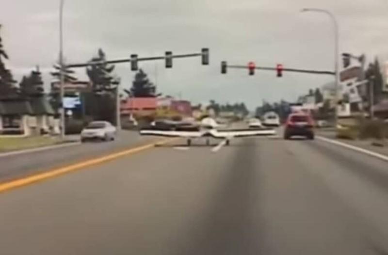 Αεροπλάνο προσγειώνεται στη μέση του δρόμου και αστυνομικός το… σταματά για έλεγχο!