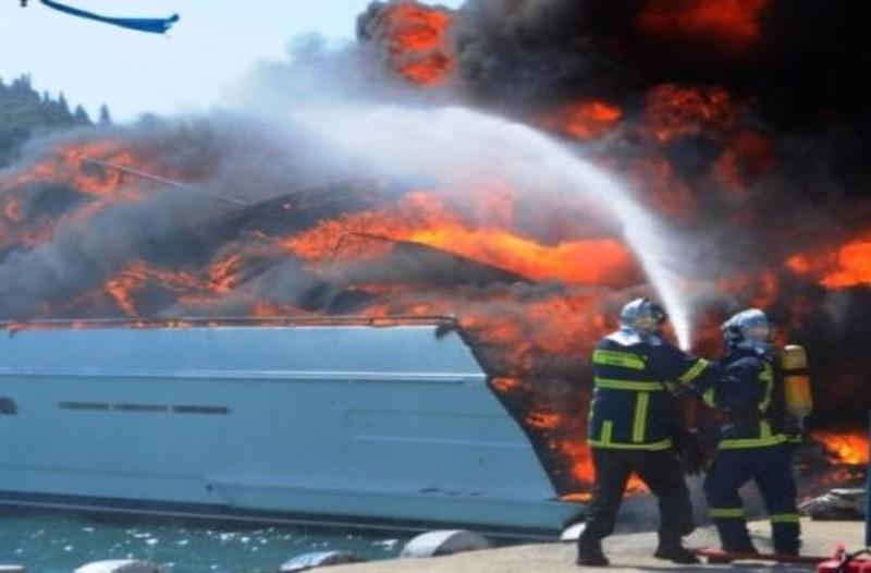 Φωτιά σε σκάφος στη Γλυφάδα! (Video)