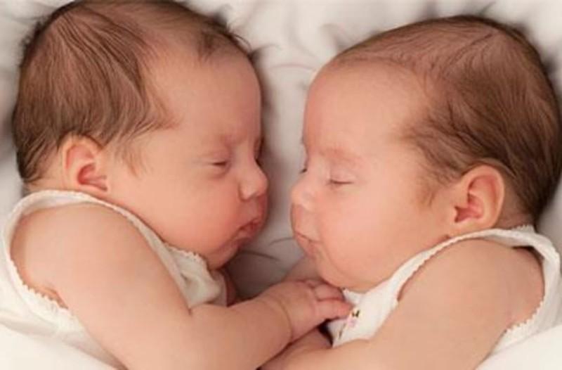 Οι δίδυμες που γεννήθηκαν σε διαφορετικές χώρες!