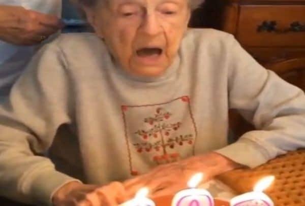 Μην σου τύχει! Δείτε τι έπαθε αυτή η συμπαθέστατη γιαγιά όταν πήγε να σβήσει τα κεράκια για τα 102α γενέθλιά της! (Video)