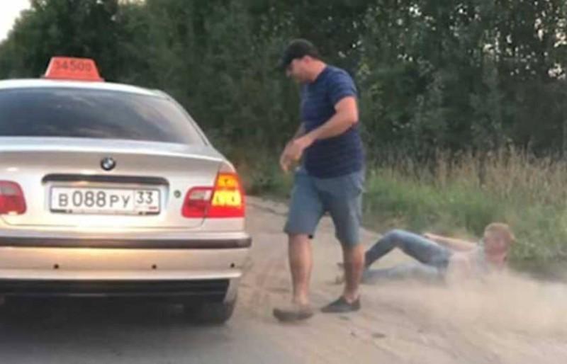 Ρωσία: Οδηγός ταξί πετάει έξω πελάτη επειδή έριξε σκουπίδια από το παράθυρo!
