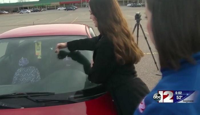 Αν βρείτε ένα πουκάμισο «σκόπιμα» δεμένο στον υαλοκαθαριστήρα του αυτοκινήτου σας, μην βγείτε από το αμάξι