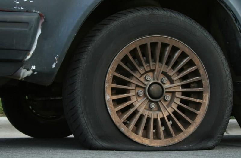 Τι πρέπει να κάνετε αν σας σκάσει το λάστιχο του αυτοκινήτου;