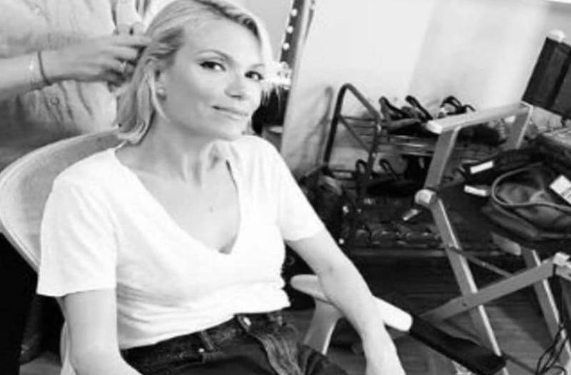 Γίνε μια νέα... Βίκυ Καγιά:  Φόρεσε το απόλυτο λευκό ψηλοτάκουνο μποτάκι με κορδόνια! Κοστίζει μόλις 67 ευρώ